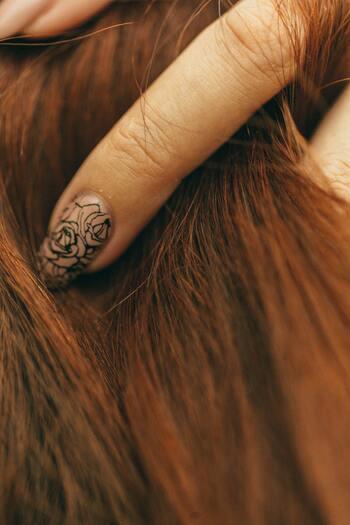 一度枝毛になってしまった部分はくっつきません。切るしかないのです。髪の毛の毛先が2本以上に別れて枝毛になっている場合、残念ながらその枝毛を修復することはできません。枝毛の裂けている部分より短くカットすることで、これ以上の枝毛にならないように予防するしかないのです。  過度なヘアカラーやパーマ、ヘアアイロンの繰り返しの使用により起こる枝毛。枝毛になる前にヘアケアをしっかりすることで予防できます。
