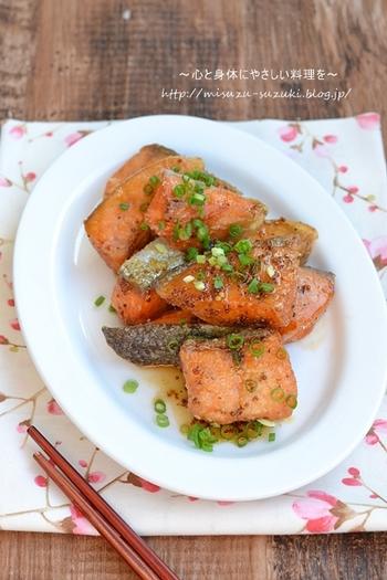 少し甘めのハニーマスタードを絡めることで、子どもも食べやすい魚料理に。鮭は丁寧に下処理しておくと、臭みがなくなり旨味が引き出されて、ふっくらと仕上がります。少量の油で揚げているので、カロリー控えめながらカリッとした食感を楽しめるのが◎