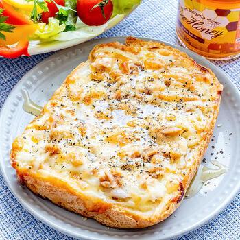 定番のツナと玉ねぎのトーストも、ハニーマスタードを加えるとワンランク上の仕上がりとなり感動するほどなのだそう。加熱されて甘くなった玉ねぎ、ツナとチーズの塩気にハニーマスタードがよく合います。朝食としていただけば、朝からテンションがアップしそうですね。
