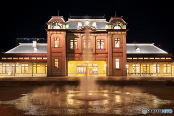 夜になると門司港駅はライトアップされ、幻想的の雰囲気に包まれます。日中の雰囲気とはまた違う、ロマンチックな表情もぜひお楽しみください!