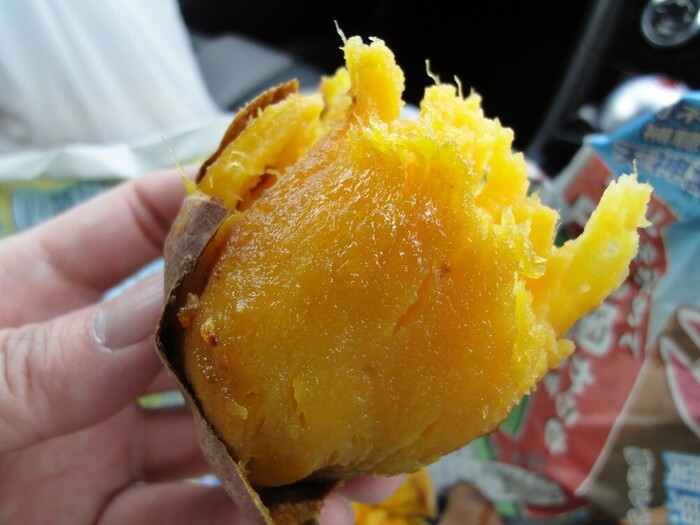 こちらは人気の焼き芋。品種によって味や食感の違いも楽しめます。ほかにも、大学イモ、かりんとうなども。お芋の美味しさを再発見してみませんか?
