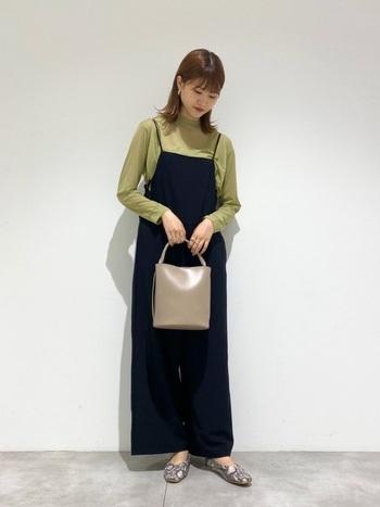 シアー感のあるカットソーを合わせた女性らしいコーデ。程よく光沢感のある素材なので上品な印象に。夏のトレンドアイテムだったシアー素材も、落ち着いたオリーブカラーなら秋の装いにしっくりマッチ。
