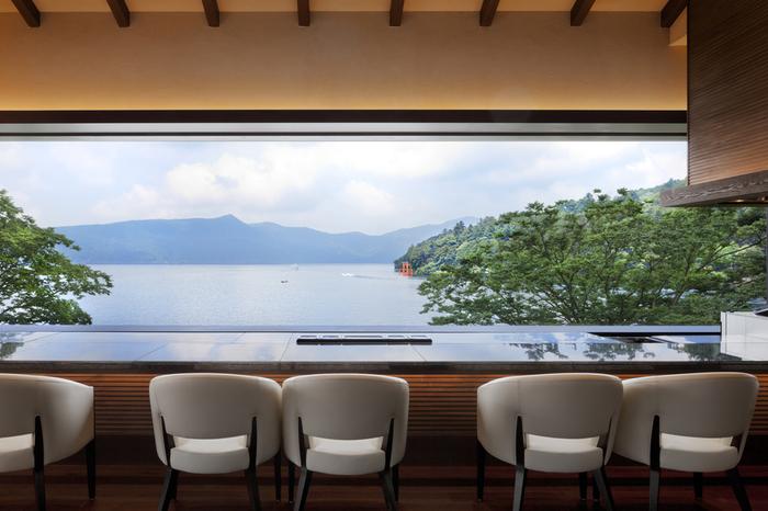 芦ノ湖のほとりに佇む「Bakery&Table 箱根」は、おいしいパンと眺めの良さが人気のベーカリーカフェです。特に景色がいいのは、3階にあるこちらのレストラン。カウンター席の目の前には、大きな一枚の絵のように湖が広がります。