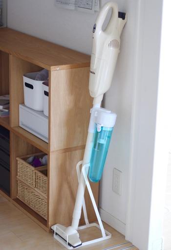 スティックタイプの掃除機には、専用のスタンドを使うとすっきり。多くのメーカーから、さまざまなデザインのスタンドが出ています。こちらのお家では、「山崎実業」のクリーナースタンドを使用中。シンプルなデザインでスタイリッシュに収納できます。