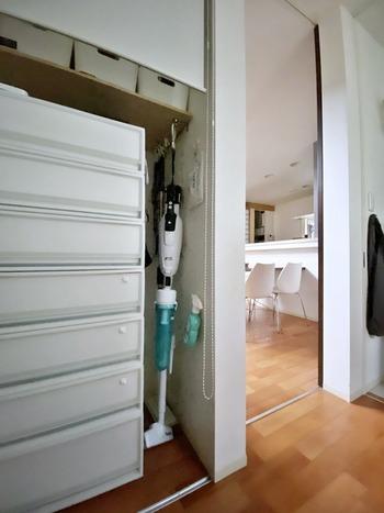 フックにかけて収納するアイデアも。こちらでは、クローゼットの棚板に取りつけたフックを利用しています。スティッククリーナーを見せたくないという場合にぴったりですね。掃除用品を並べてフックにかけておけば、お掃除したい時に探す手間が省け効率的です。