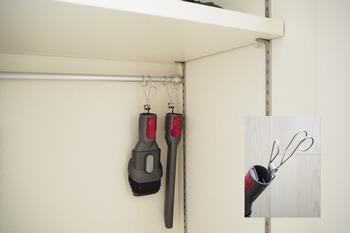 クローゼットにつっぱり棒を渡せば、つるす収納のでき上がり!デッドスペースになりがちな棚下の空間を活用できます。浮かせて収納するので、下に他のものを置けるのも便利ですね。