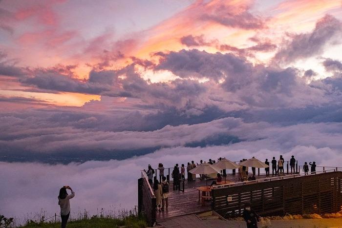 長野県山ノ内町の竜王マウンテンパークは、雲海の発生率が年間を通して60%以上という人気の絶景スポット。ロープウェイで標高1,770mの山頂付近まで上がると、雲海を眺めながらゆっくりできる「SORA terrace cafe」があります。