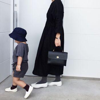 """こちらは親子モノトーンで揃えた、とってもおしゃれなリンクコーデです。足元の白い靴がアクセントになっていて、お二人とも爽やかな雰囲気ですね。かもめさんの素敵なバッグは、デザイナー・Mimi Berry(ミミ・ベリー)が2001年にロンドンで設立したファッションブランド「Mimi(ミミ)」のアイテムです。英国らしいクラシカルなデザインが上品な雰囲気ですね。独特のカッティングが美しいシューズは、神戸にアトリエを構えるシューズメーカー「Vielle(ヴィエイユ)」の人気モデル""""Cinq(サンク)""""。さっそく真似したくなるハイセンスな着こなしです。"""