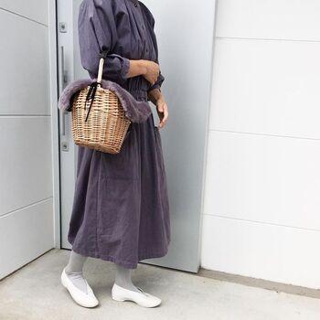 こちらのコーディネートは、ワンピース×かごバッグの女性らしい着こなしが素敵ですね。神戸を拠点に上質なライフスタイルを提案するブランド「Lin Francais d'antan(ラン フランセ ダンタン)」のワンピースは、シンプルなデザインとニュアンスのある色合いがとってもお洒落。ファー付きの可愛いかごバッグは、人気のオンラインショップ「Jolie chanbre」のアイテムです。全体を優しいトーンでまとめた着こなしが、上品で大人可愛い雰囲気ですね。