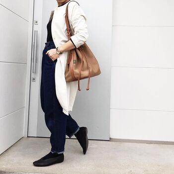 """インディゴデニムにコートをさらりと羽織った、大人な着こなしがカッコいいですね。アクセントに効かせたバッグと腕時計が、カジュアルなデニムスタイルに女性らしさをプラスします。巾着デザインのおしゃれなバッグは、イギリスの老舗アウトドアブランド「Brady(ブレディ)」の定番モデル""""CALDER(カルダー)""""。シンプルでベーシックなデザインがとっても素敵ですね。イタリアのウォッチブランド「Klasse 14(クラスフォーティーン)」の腕時計は、高級感溢れるモダンなデザインが魅力。かもめさんの上質な小物選びのセンスも、ぜひお手本にしたいコーディネートです。"""