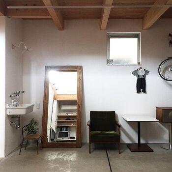 エントランスから続く土間スペースも、まるでセレクトショップのような雰囲気です。クラシカルでモダンなデザインの家具や、洗面台コーナーのレトロな照明など。一つ一つのインテリアから、かもめさんのセンスの良さを感じます。