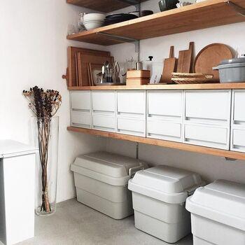こちらのパントリーも無印良品のアイテムを使って、とても綺麗に整理・整頓されています。木のテーブルウェアやキッチン道具などが棚に美しく並べられ、まるでショップのようなおしゃれな空間です。