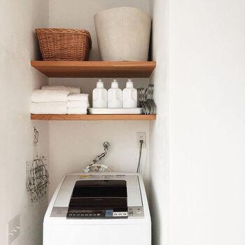 コチラは白で統一した清潔感あふれるランドリースペースです。棚にすっきりと美しく収納されていて、とってもおしゃれな雰囲気ですね。こんなに素敵なランドリースペースなら、毎日のお洗濯が楽しくなりそう♪