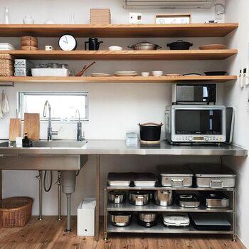 """オープンキッチンの棚やシェルフに、とても美しく整理されたキッチン道具。ステンレス製のバットやナチュラルなかごを上手に組み合わせた、""""見せる・隠す""""の収納バランスが絶妙ですね。見た目の美しさだけでなくとても機能的に整理されているので、とっても使いやすそうなキッチンです。"""