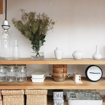 棚のレイアウトもまるでお店のような雰囲気。ナチュラルな素材と白で統一された素敵な棚は、眺めているだけでワクワクしてきますね。キッチンの棚にはついあれもこれもと置きたくなりますが、使いやすくするためには、かもめさんのようにモノとモノの間に間隔を空けることもポイントです。