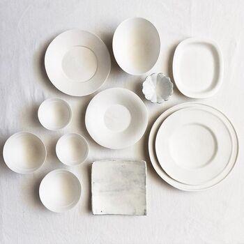 """かもめさん愛用の器や道具を紹介している""""器シリーズ""""は、どの投稿写真も思わず見とれてしまうほど素敵なものばかり。お気に入りの器を並べたこちらの写真も、白一色の美しい世界にうっとりしてしまいますね。ひとつひとつに味と深みがある素敵な器たちは、使うほどに愛着が増し、食卓に温かみとやすらぎを与えてくれそうです。"""