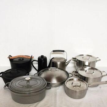 こちらはかもめさんが愛用している、とってもおしゃれなお鍋とケトル。料理好きにはたまらない光景ですね。「STAUB(ストウブ)」、南部鉄器、「iitalla(イッタラ)」のSarpaneva(サルパネヴァ)キャセロールなど。どれも無駄のない美しいデザインと、長く愛用できる上質な素材が魅力の名品ばかりです。