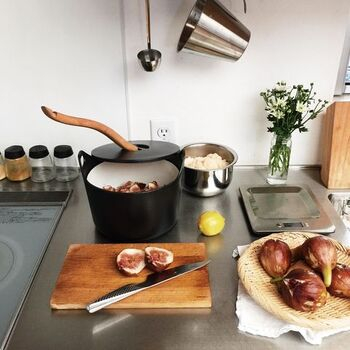 秋の味覚「いちじく」を使って、美味しいジャムづくり。サルパネヴァキャセロールやステンレススケールなど、おしゃれなキッチンアイテムも素敵ですね。使う道具を吟味して、毎日の料理も楽しく。そんなかもめさんの丁寧な暮らしに憧れます☆