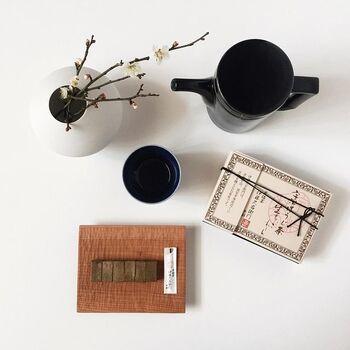 シックな和の器で揃えたおしゃれなコーディネート。まるで1枚の絵画を見ているような、凛とした美しさを感じる素敵な写真ですね。何気ない日常の一コマですが、器の一つ一つから、かもめさんのセンスの良さが伝わってきます。長崎県の陶磁器ブランド「HASAMI(ハサミ)」のポットも素敵ですね。京都宇治茶の老舗「伊藤久右衛門」の生チョコレートが美味しそう♪