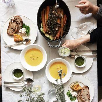 インスタグラムに登場するかもめさんの「おもてなし料理」は、どれも彩りが美しく、うっとり見とれてしまうほど素敵なお料理ばかりです。こちらの食卓のメインは、先ほどご紹介したお野菜たっぷりのローストポーク。とてもご自宅とは思えないほど、とってもお洒落な食卓ですね。作家さんの器やアンティークのカトラリーも素敵です。