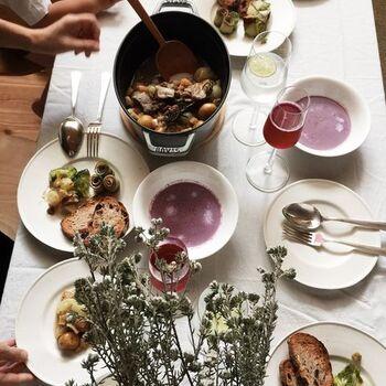 こちらは「豚と野菜のりんご煮」をメインに、「紫人参のポタージュ」、「きゅうりサーモン巻き」など、どれも美味しそうなメニューが並んでいます。かもめさんの素敵なおもてなし料理から、お友達への温かい気持ちが伝わってきますね。食卓にそのまま出してもおしゃれなルクルーゼのストウブは、こちらのテーブルでも大活躍。センス溢れるかもめさんのコーディネートも、さっそく真似したくなります♪