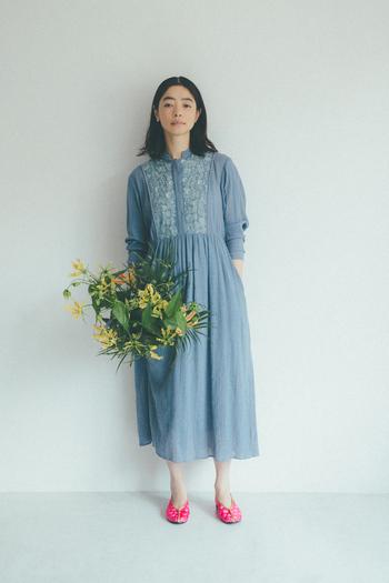 ナチュラルな風合いのコットン地に光沢のあるレーヨンが織り込まれたジャガードが印象的なワンピース。グレーがかったブルーがこなれた印象を与えてくれます。小ぶりなスタンドカラーに、たっぷりとギャザーが入ったふんわりシルエットは、一枚でさらりと女性らしい着こなしを楽しみたい。