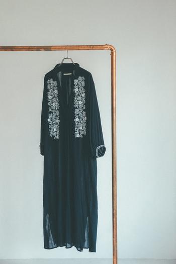 ブラックにホワイトの刺しゅうはグッとクラシカルな雰囲気に。レイヤードに差し色を入れたプレイフルな着こなしもおすすめです。秋口にはインナーに薄手のタートルなどを合わせて長く着回すことも。