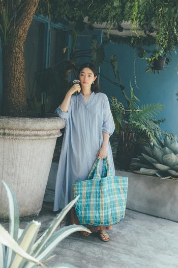 インド・マハラシュトラ州ビワンディーで織り上げた上質なコットンボイルを、たっぷりと贅沢に使ったシャツワンピース。ボリュームのあるシルエットですが、驚くほど柔らかくエアリーな質感なので、軽やかで涼しげな印象を与えてくれます。心地よさを兼ね備えたコットンボイルはリラックスしたシーンにもおすすめ。