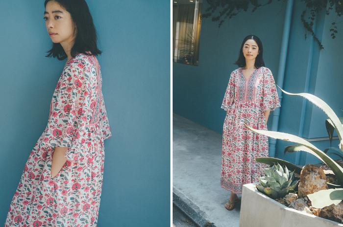 気分を上げてくれる鮮やかなピンクのエスニックドレスは、さらりと着るだけでパッと華やかにコーデが完成。インドのヴィンテージ生地からインスパイアされたブランドオリジナルのフラワープリントは、アラベスク柄をイメージした甘すぎないモダンなデザインです。