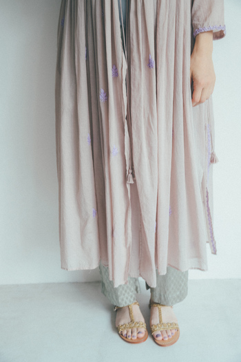 ワンピースの裾や袖口に施された立体的なチカン刺しゅうは、インドを代表する伝統的技法。現地の女性たちの手でひと針ひと針丁寧に縫われています。ベージュに淡い紫の組み合わせが、インドらしいモダンな美しい配色。