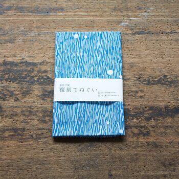 丸久商店がコレクションとして保有している伝統的な小紋柄の伊勢型紙を用いてつくられた、「復刻」と冠した注染手ぬぐいシリーズ。  こちらの「<朝露> 浅葱」は、朝露に濡れた草原の広がりを表現しています。落ち着いたブルーが美しく、和風にとどまらないおしゃれなデザイン。「全長約90㎝×縦約34㎝」という大きめのサイズ感なので、様々なシーンで重宝しそうですね。