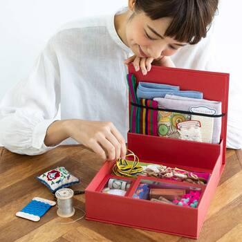 マグネット式の蓋がついたブースもあり、細かいものの仕分けにとても便利。手紙用の文房具だけでなく、手芸小物やラッピンググッズなどの整理にもおすすめです。