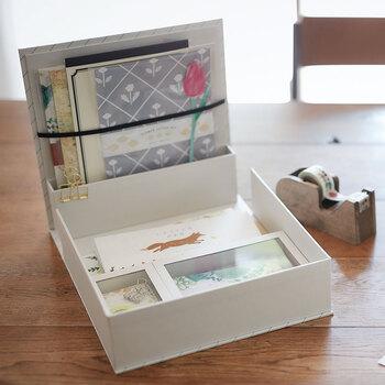 手紙用のグッズを収納するために作られた「紙文箱」。一筆箋やメッセージカード、封筒や付箋など、揃えておきたいアイテムを文房具屋さんのように並べて収納できます。