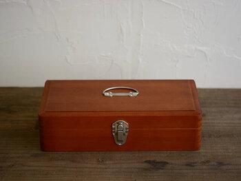 倉敷意匠のお道具箱は、レトロな雰囲気が魅力的。持ち手と留め具の金物と、ツガの木の素材感に温かみを感じます。