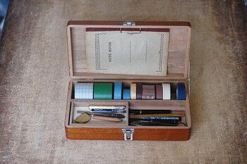 スライド可能な小さなトレイは、取り外しても使えます。蓋の内側にはクリップも付いていて、便箋やノートを挟み込むことも。マスキングテープもフィットして、気持ちよく使えるお道具箱です。