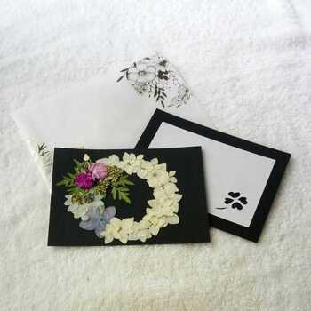 自作の押し花を使ったメッセージ―カードです。季節の花を使った押し花を貼り合わせれば、いつまでも楽しめる花束のようなカードに仕上がります。  フレッシュな状態とはまた違った色合いの押し花。どんな色を組み合わせるか、考えるだけでも楽しくなりますよね。   ■押し花のメッセージカードの作り方■ 1.花を選ぶ 2.押し花を作る 3.好きな台紙に押し花を貼る 4.メッセージを書く