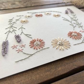 ふっくらとした糸の質感が心地よい、刺繍のメッセージカードです。中学生以上はもちろん、針と糸に慣れていれば、小学生からでも作れますね。  絵柄だけではなく、メッセージ自体も刺繍にしてもOK。子どもならではのアイデアで、オリジナル図案を考えてみてはいかがでしょう。   ■刺繍のメッセージカードの作り方■ 1.台紙に下絵を描く 2.図案に沿って、台紙に目打ちで穴を開ける 3.ステッチを施す 4.メッセージを書く