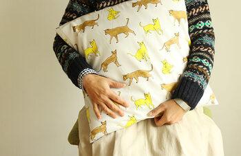 お裁縫が得意なお子さんなら、クッションカバーを作って、クッションに仕上げてプレゼントすることもおすすめです。おじいちゃん、おばあちゃんのことを思い浮かべながら、丁寧に縫って作ったクッションカバーは、子どもの手のぬくもりが伝わる素敵なプレゼントです。実用品なので、日常的に使ってもらえて、作った方も嬉しくなりますよね。  以下の方法なら、面倒なファスナー付けもなく、簡単にかわいいクッションカバーがつくれます。   ■簡単なクッションカバーの作り方■ 1.両端を縫う 2.外表にして、上下を縫う 3.ひっくり返して、再度、上下を縫う 4.完成したクッションカバーに、クッションを入れる