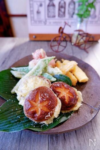 椎茸の笠にブルーチーズを詰め、衣をつけて揚げた天ぷら。意外な組み合わせですが、まさに絶品。つゆではなく、塩で食べるのがおすすめです。赤ワインにとてもよく合います。