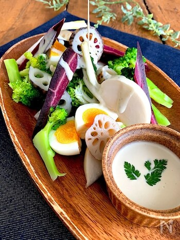 ゴルゴンゾーラ・ピカンテをレンジに少しかけ、マヨネーズと豆乳を加えます。とても濃厚なソースですが、豆乳の量を増やすことで軽い仕上がりになります。野菜サラダはもちろん、卵や鶏肉にも。