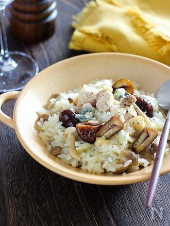 残りご飯でできる簡単・時短なリゾット風。ブルーチーズの豊かな風味で、贅沢な味わいに仕上がります。さらりとさせるには、ご飯を洗うことと、混ぜすぎないことがポイントです。