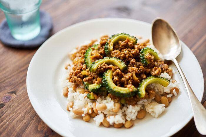 ゴーヤをたっぷり乗せたキーマカレー。苦味のあるゴーヤには食欲をアップさせる効果があると言われています。またビタミンCが豊富に含まれているので疲労回復、美容効果も期待大!さらにこちらは蒸し大豆をご飯に混ぜて入れているのでとってもヘルシーなカレーです。