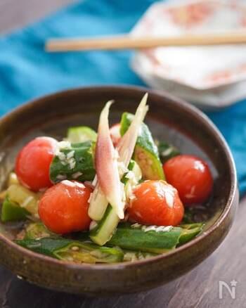 夏に食べたい副菜といえばさっぱりとしたマリネ!こちらはきゅうりにミニトマト、オクラにみょうがといった夏の野菜をふんだんに使ったマリネです。めんつゆを使って作るので簡単に作れるのが嬉しいですよね。