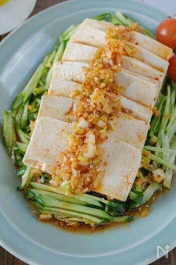 キムチが入ったネギ塩だれがピリリと美味しい冷ややっこ。お豆腐の切り方ひとつでいつもの冷ややっこが変わります。千切りしたきゅうりやトマトをたくさん添えると箸が止まらない美味しさです。
