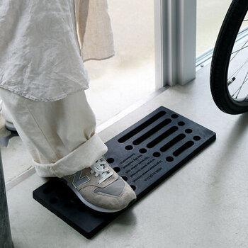玄関に入る前に靴底の泥や汚れをキレイにしたい方におすすめなのが、ラバー製の屋外用マットです。大きすぎないサイズ感で、サッと玄関前に置いてもスタイリッシュな印象。どれだけ汚れても水洗いができるので、デイリーに気兼ねなく使用できます。