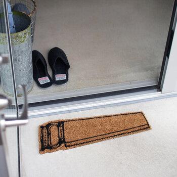 天然のココヤシ繊維を採用した玄関マットは、ノコギリやペンキの刷毛などをモチーフにしたユニークデザインが特徴です。耐久性に優れたココヤシ繊維を採用しているので、屋外用の玄関マットにぴったり。裏面にはポリ塩化ビニルを使用し、お手入れしやすく仕上げています。