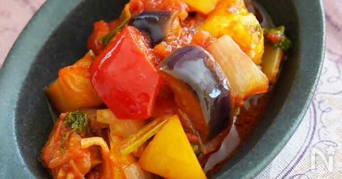 潰す手間がかからないカットトマト缶を使ったカポナータです。香りのいいセロリを入れて、風味もアップ。大きめにカットした野菜がごろごろ入って、食べごたえもありますね。  ボリューム感があるので、シンプルなオムレツに添えたり、肉料理や魚料理の付け合わせにもおすすめです。