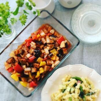 トマトピューレを使って、さっと煮たカポナータを冷製仕立てに。長時間煮込まないので、野菜のフレッシュな食感が生かされています。しっかり冷やしていただきましょう。