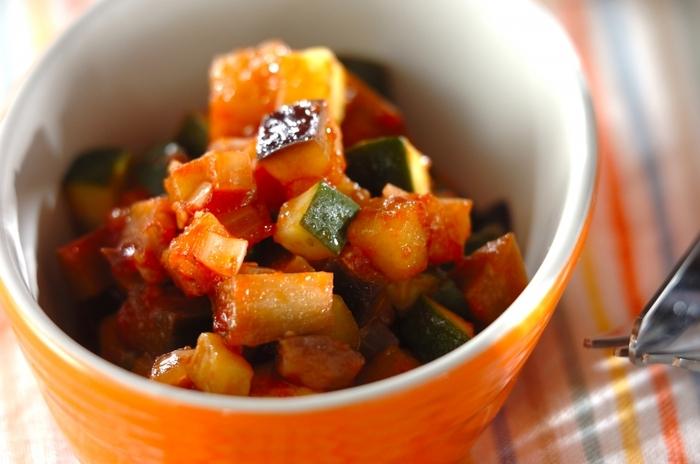 角切りにして大きさを揃えた野菜をトマトピューレでまとめたカポナータ。トマトピューレで煮ているので、短時間でコクが出て、炒めた野菜の甘味をしっかり味わえます。  具材が小さめにカットされており、このままパスタソースとして使っても◎。フレッシュタイムを使って香りよく仕上げています。タイムの代わりに、ローリエを使っても大丈夫です。