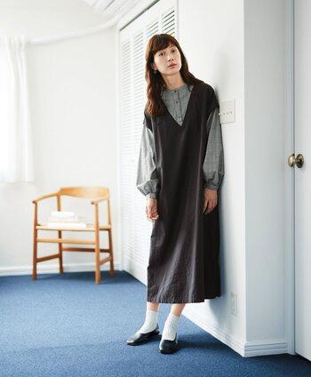 グレンチェック柄のブラウスに、ジャンパースカートを組み合わせたようなデザインのワンピースです。1枚でレイヤード風スタイルが楽しめるので、コーデに悩む必要もなし。靴下やタイツなど足元の小物との組み合わせで、さまざまな着こなしが楽しめます。